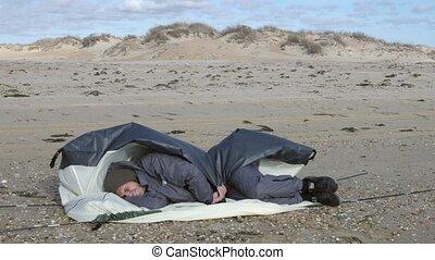 lent, camping, 4k, motion., haut, venteux, temps, sea., ensembles, tente, plage, sablonneux, homme