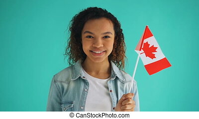 lent, canadien, national, mouvement, drapeau, course, tenue, citoyen, mélangé, fille souriant