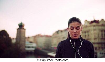 lent, city., crise, coureur, motion., jeune, écouteurs, femme, dehors, exercice