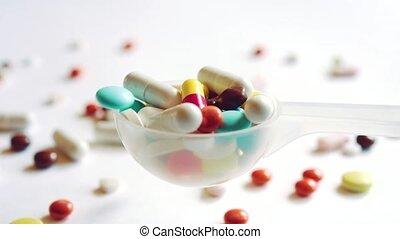 lent, concept., monde médical, plastique, mouvement, bondé, cuillère, médecine, gouttes, pilules