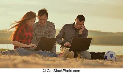 lent, couple, appeler, mouvement, téléphone, vidéo, ordinateur portable, homme