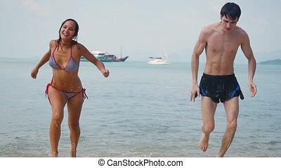 lent, couple, motion., jeune, exotique, courant, mer, plage