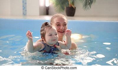 lent, fille, famille, elle, motion., engagé, jeune, sports, bébé, maman, manière vivre active, mare jouant
