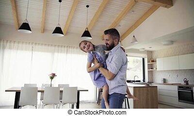 lent, fille, motion., père, mûrir, petit, indoors., jouer