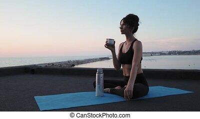 lent, formation, femme, toit, thé, après, jeune, sipping, ...