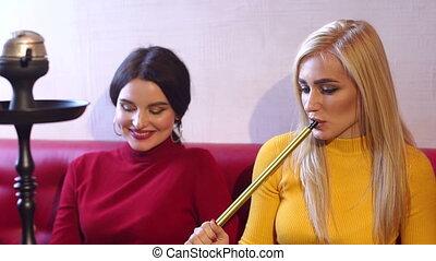 lent, fumée, parler, relâcher, filles, deux, mouvement, café, rire, sexy, ils, hookah.