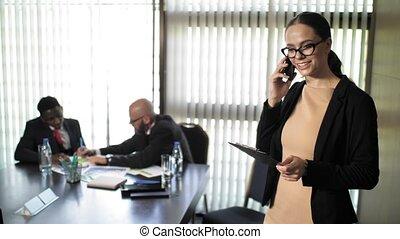 lent, investisseurs, business, conversation, mouvement, téléphone, pendant, réunion, secrétaire