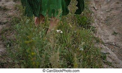 lent, jeune, vert, grass., mouvement, soir, apprécier, walk., promenades, pieds nue, femme