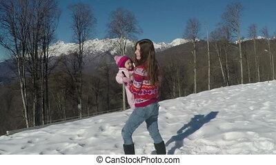 lent, mère, neige, mouvement, sien, enfant, petit, montagnes., jouer