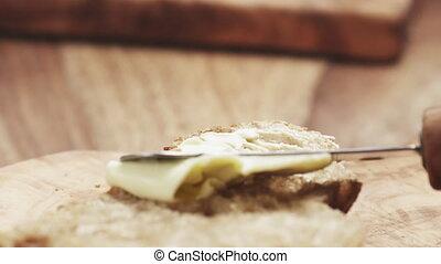 lent, main, pain, adolescent, femme, écarts, rustique, mouvement, beurre, couper