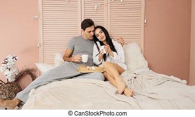 lent, manger, couple, mariés, jeune, lit, mouvement, leur, petit déjeuner