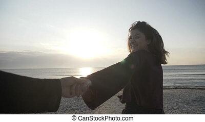 lent, marche, concept, pov, mener, couple, jeune, mouvement, femme, coucher soleil, vide, tenant mains, plage, voyage, vers, petit ami