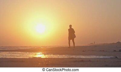 lent, marche, motion., 1920x1080, chaussures, tient, sac, surprenant, solitaire, coucher soleil, pendant, girl, plage, hd