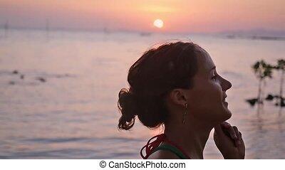 lent, motion., courant, femme, dehors, pendant, plage, sunset.