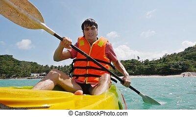 lent, pagayer, motion., jeune, kayak, sea., homme, bateau, beau