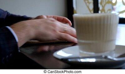 lent, planner., mains, vue, ton, quotidiennement, par, journal., homme affaires, mouvement, flips, notebook., sien, close-up., notes