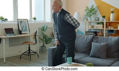 lent, sentiment, personne agee, haut, debout, homme, mouvement, maison, sofa, mal reins