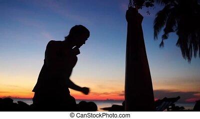lent, silhouette, athlétique, motion., boxe, jeune, sac, pratiques, frapper, pendant, homme, plage, 1920x1080, sunset.
