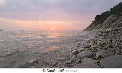 lent, soir, plage, coucher soleil, angle, bas, caillou, forward., petit, rouler, large, vagues, gros plan, mer, long, mouvement, plage., mouvement, seaside., rocheux