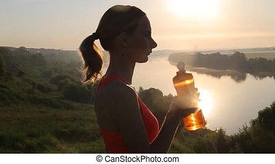 lent, sportif, motion., eau, femme, coucher soleil, running., boire, après