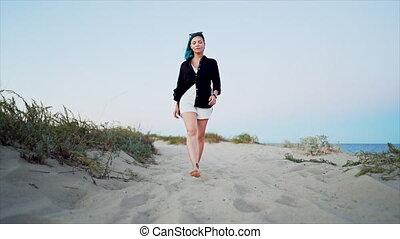 lent, teint, alone., promenades, inhabituel, marche, femme, appareil photo, cheveux, sablonneux, motion., girl, bleu, plage, pieds nue