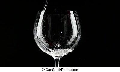 lent, verre, être, motion., arrière-plan., versé, noir, vin blanc
