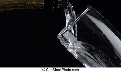lent, verre, être, mouvement, arrière-plan., versé, noir, vin blanc