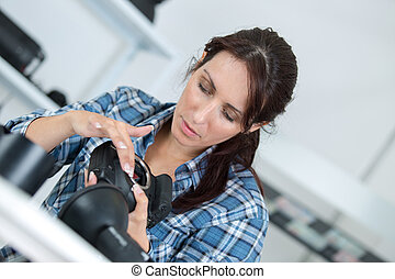 lente, macchina fotografica, donna, ispezionando