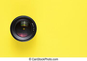 lente, macchina fotografica, sfondo giallo