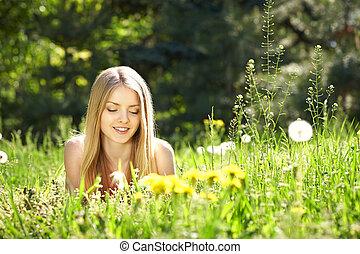lente, meisje, paardebloemen, het liggen, akker