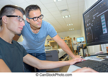 lentes pesados, pantalla, hombres, dos, mirar, computadora