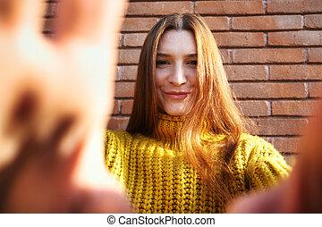 lentille appareil-photo, mains, roux, femme, jeune, couverture