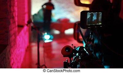 lentille, opérateur, professionnel, nettoie, videocamera