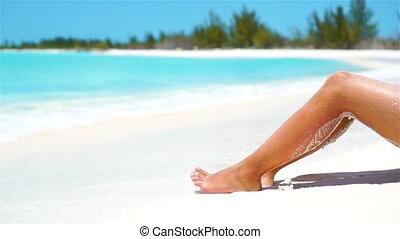como broncear las piernas en la playa