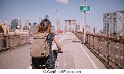 lento, voando, freelance, motion., trabalhador, costas, cabelo longo, brooklyn, bicicleta, femininas, desfrutando, fim semana, passeio, ponte, vista
