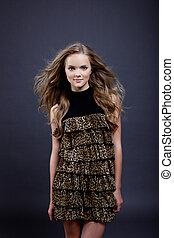 leopardo, jovem, posar, impressão, menina, encantador, vestido