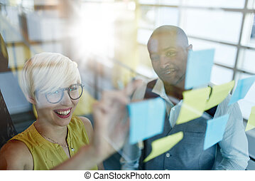 lepiszcze, właściciele, pracujący, handlowy, okna, media, notatki, dwa, twórczy, brainstorming, millenial, towarzyski, mały, używając, strategia
