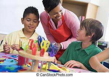 leraar, en, scholieren, in, kunst brengen onder, (selective, focus)