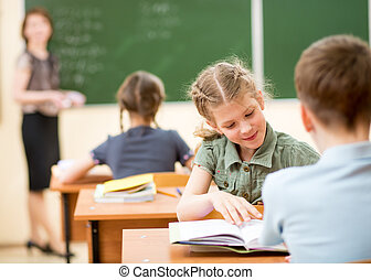 leraar, en, school geitjes, in, klaslokaal, op, les
