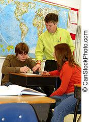 leraar, en, tiener, scholieren, in, klaslokaal