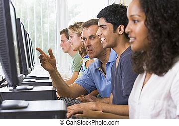 leraar, helpen, college student, in, een, computer labo
