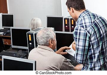 leraar, helpen, hogere mens, in, het gebruiken computer, op, klaslokaal