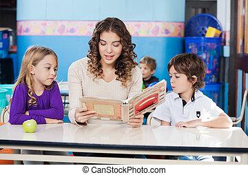 leraar, het boek van de lezing, terwijl, kinderen, het luisteren, om te, haar