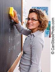 leraar, het gumen, chalkboard, met, spons