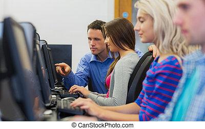 leraar, het tonen, iets, op, scherm, om te, student, in, computer kamer