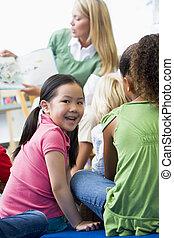 leraar, kleuterschool, lookin, girl lezen, kinderen, bibliotheek