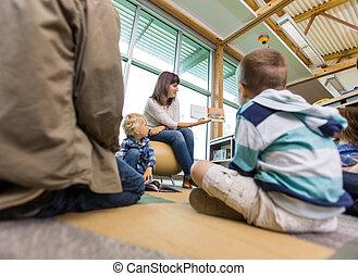 leraar, lezende , om te, scholieren, in, bibliotheek