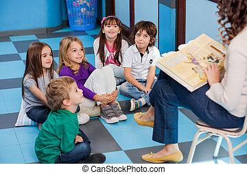 leraar, lezende , sprookjesboek, om te, kinderen