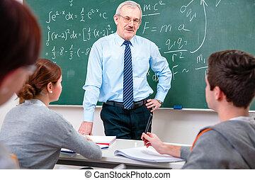 leraar, met, scholieren, in, klaslokaal
