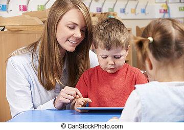 leraar, portie, basisschool, pupil, gebruiken, digitaal tablet